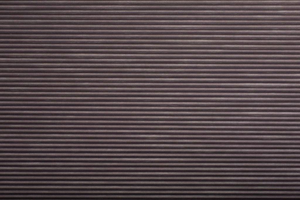 Duette® serien Blackout 294072-1539-5. Bildet er tatt med lys forfra (natt). Tekstilet er lystett.