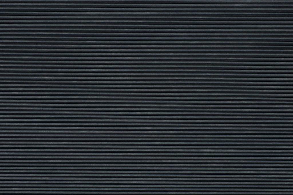 Duette® serien Blackout 294072-7132-5. Bildet er tatt med lys forfra (natt). Tekstilet er lystett.