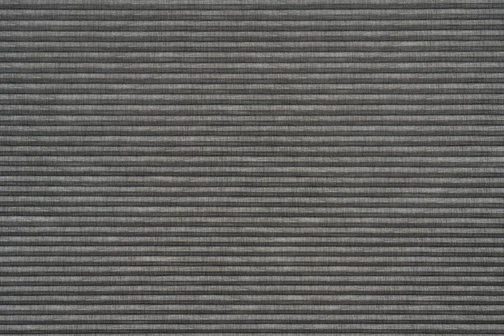 Duette® serien Linum 32mm Blackout 294637-1831-5. Bildet er tatt med lys forfra. Tekstilet er lystett.