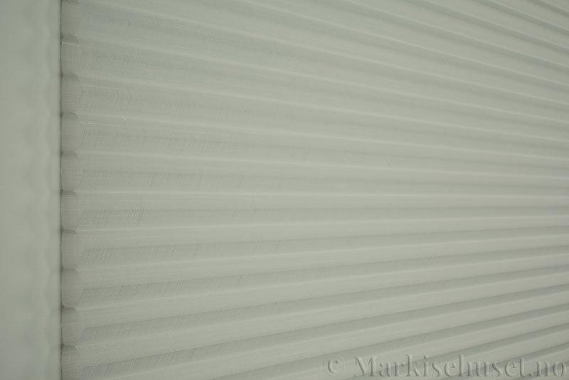 Duette gardin Batiste Sheer Fulltone 32mm 294031-0000 Snøhvit farge. Bildet er tatt med lys forfra.