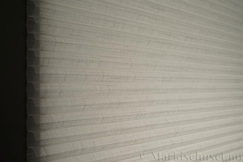 Duette gardin Batiste Sheer Fulltone 32mm 294031-0000 Snøhvit farge. Bildet er tatt med lys bakfra.