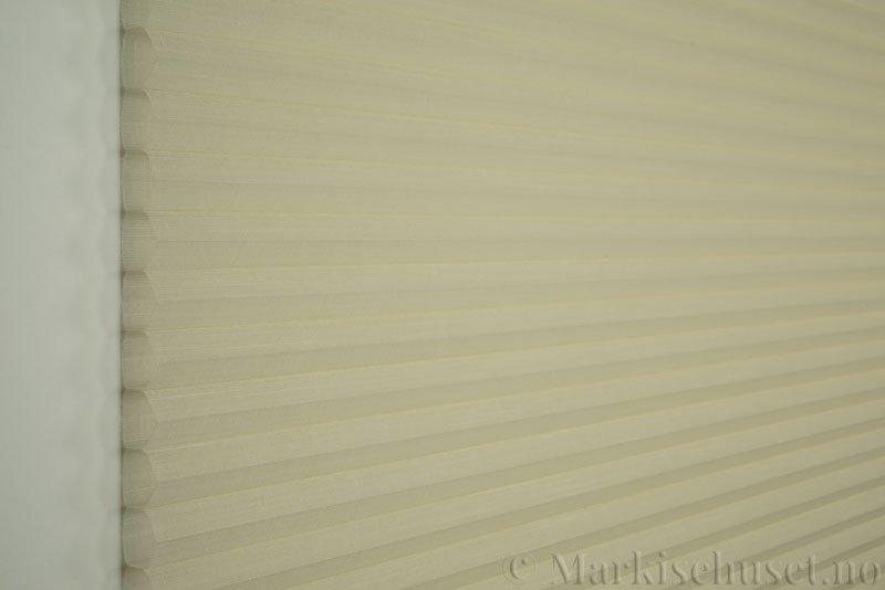 Duette gardin Batiste Sheer Fulltone 32mm 294031-0161 Elefenbenshvit farge. Bildet er tatt med lys forfra.