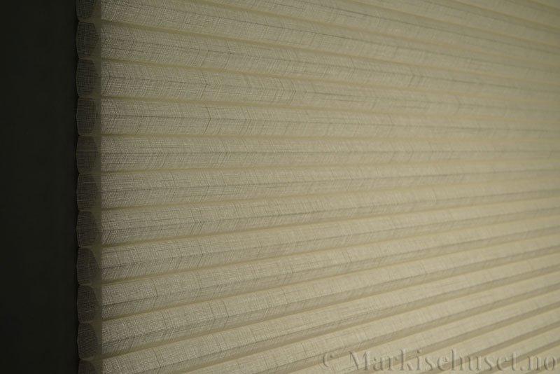 Duette gardin Batiste Sheer Fulltone 32mm 294031-0161 Elefenbenshvit farge. Bildet er tatt med lys bakfra.