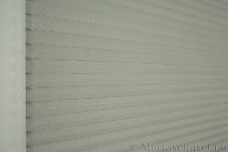 Duette gardin Batiste Sheer Fulltone 32mm 294031-0633 Delfingrå farge. Bildet er tatt med lys forfra.