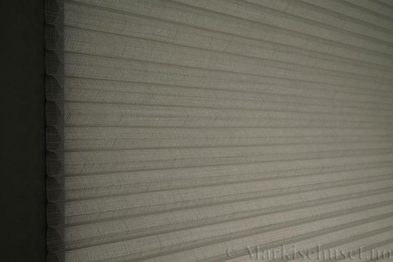 Duette gardin Batiste Sheer Fulltone 32mm 294031-0633 Delfingrå farge. Bildet er tatt med lys bakfra.