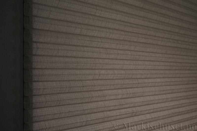 Duette gardin Batiste Sheer Fulltone 32mm 294031-4532 Kaffegrå farge. Bildet er tatt med lys bakfra.