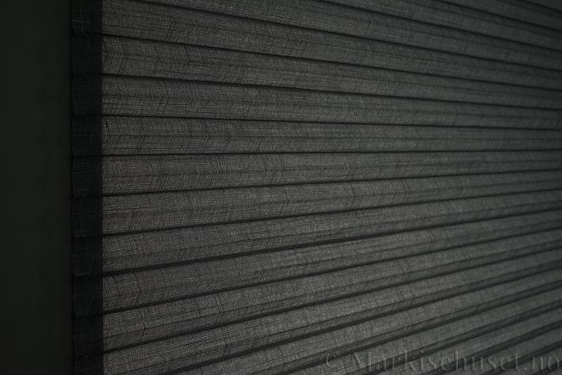 Duette gardin Batiste Sheer Fulltone 32mm 294031-7131 Koksgrå farge. Bildet er tatt med lys bakfra.