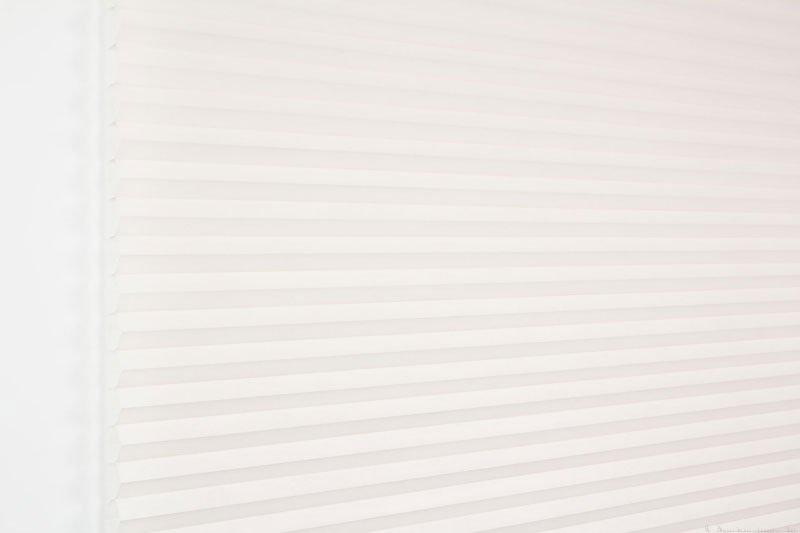 Duette tekstil serien Duotone 32mm 294034-0131 Røykhvit farge. Bildet er tatt med lys forfra.