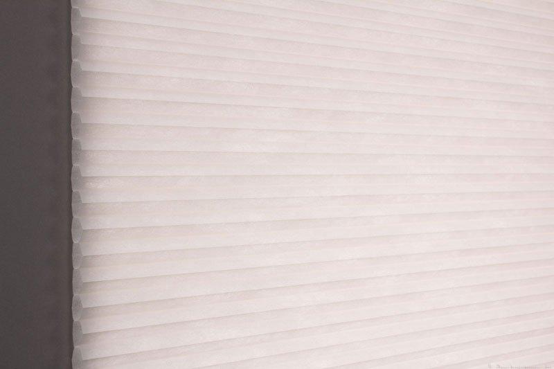Duette tekstil serien Duotone 32mm 294034-0131 Røykhvit farge. Bildet er tatt med lys bakfra.