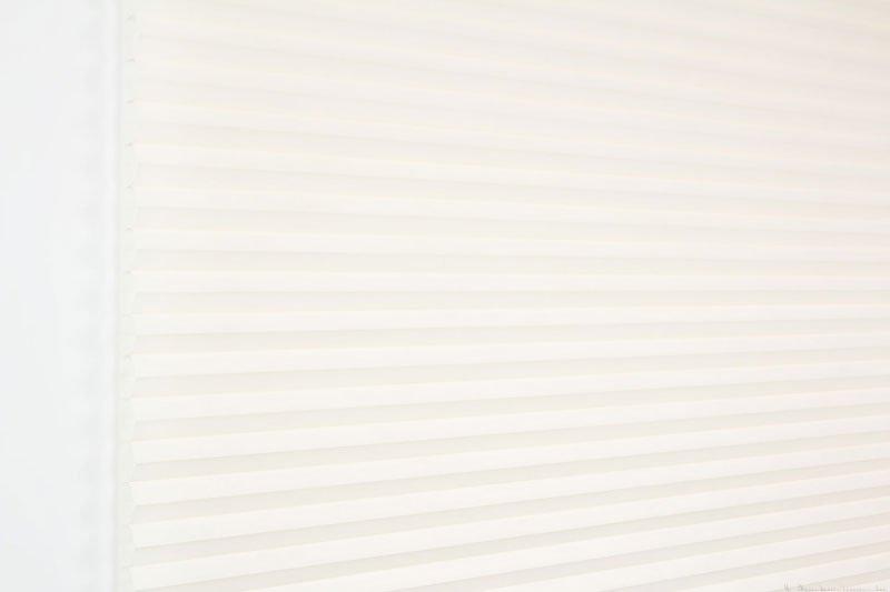 Duette tekstil serien Duotone 32mm 294034-0161 Elfenbenhvit farge. Bildet er tatt med lys forfra.