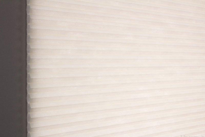 Duette tekstil serien Duotone 32mm 294034-0161 Elfenbenhvit farge. Bildet er tatt med lys bakfra.