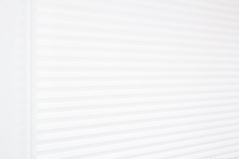 Duette tekstil serien Duotone 32mm 294034-0201 Hvit farge. Bildet er tatt med lys forfra.