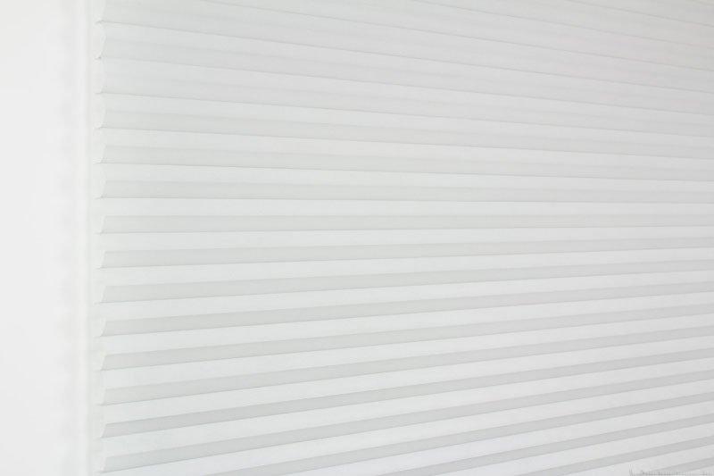 Duette tekstil serien Duotone 32mm 294034-0630 Gråblå farge. Bildet er tatt med lys forfra.