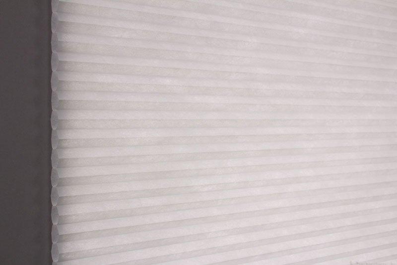 Duette tekstil serien Duotone 32mm 294034-0630 Gråblå farge. Bildet er tatt med lys bakfra.
