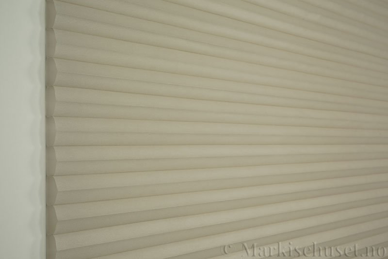 Duette tekstil serien Duotone 32mm 294034-0632 Høstgrå farge. Bildet er tatt med lys forfra.