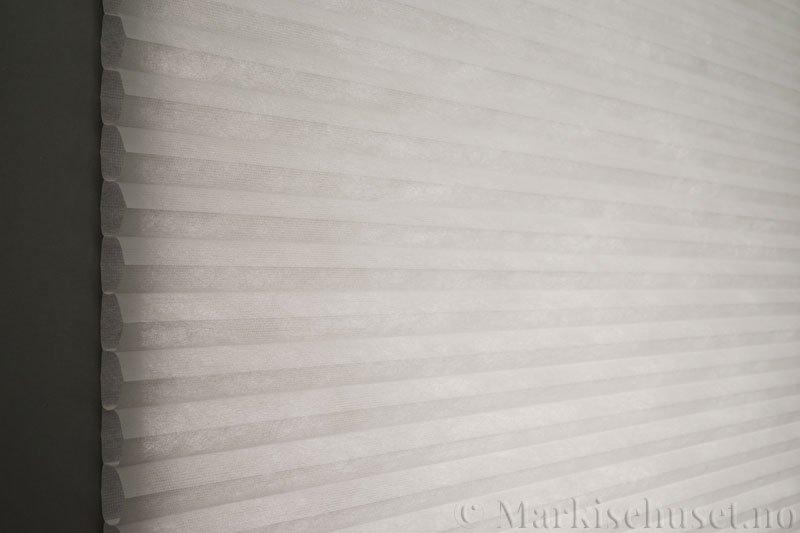 Duette tekstil serien Duotone 32mm 294034-0633 Delfingrå farge. Bildet er tatt med lys bakfra.