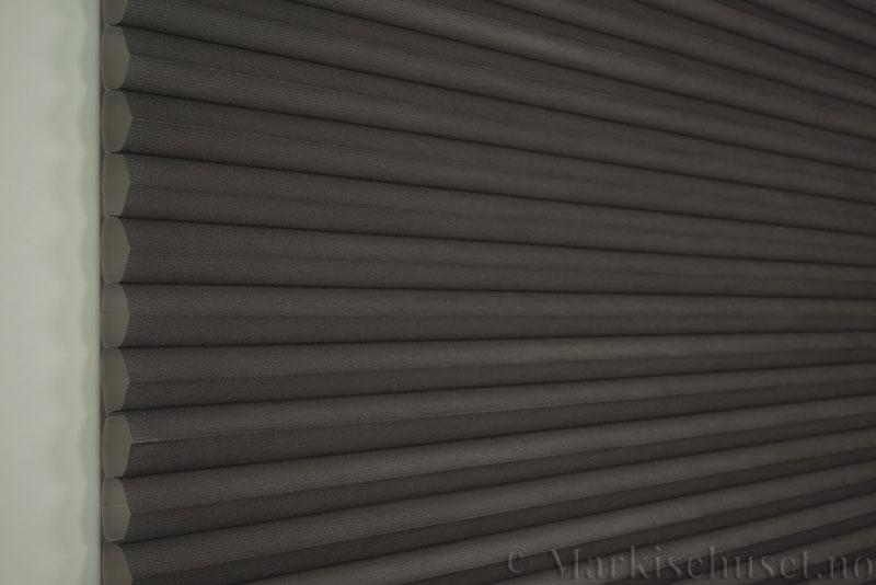 Duette tekstil serien Duotone 32mm 294034-1539 Koksgrå/lilla farge. Bildet er tatt med lys forfra.