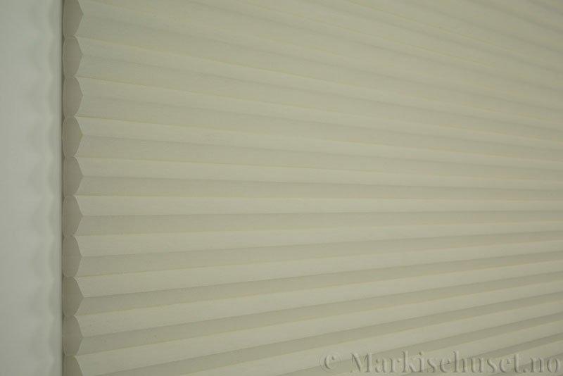 Duette tekstil serien Duotone 32mm 294034-4434 Benhvit farge. Bildet er tatt med lys forfra.