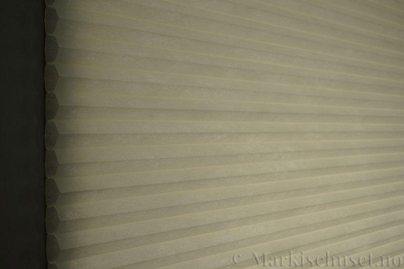 Duette tekstil serien Duotone 32mm 294034-4434 Benhvit farge. Bildet er tatt med lys bakfra.