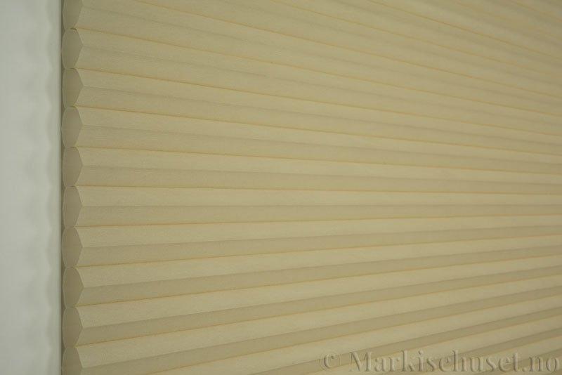 Duette tekstil serien Duotone 32mm 294034-4440 Sand farge. Bildet er tatt med lys forfra.