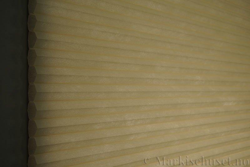 Duette tekstil serien Duotone 32mm 294034-4440 Sand farge. Bildet er tatt med lys bakfra.
