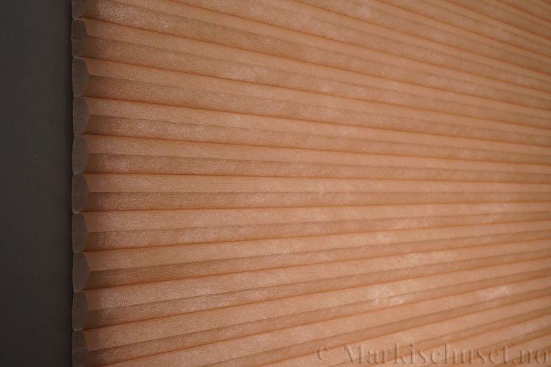 Duette tekstil serien Duotone 32mm 294034-4736 Makaron Brun farge. Bildet er tatt med lys bakfra.