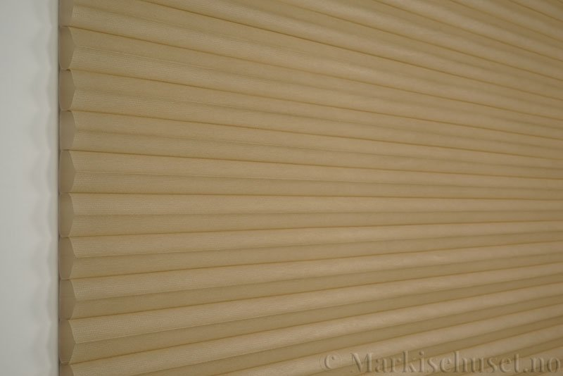 Duette tekstil serien Duotone 32mm 294034-4834 Brungul farge. Bildet er tatt med lys forfra.
