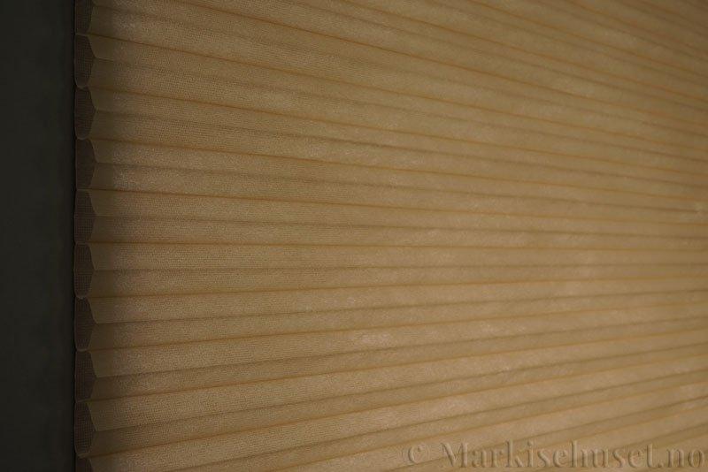 Duette tekstil serien Duotone 32mm 294034-4834 Brungul farge. Bildet er tatt med lys bakfra.