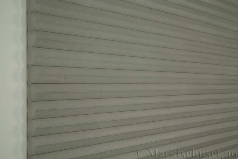 Duette tekstil serien Duotone 32mm 294034-7032 Signalgrå farge. Bildet er tatt med lys forfra.
