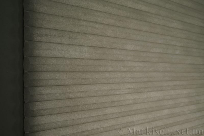 Duette tekstil serien Duotone 32mm 294034-7032 Signalgrå farge. Bildet er tatt med lys bakfra.