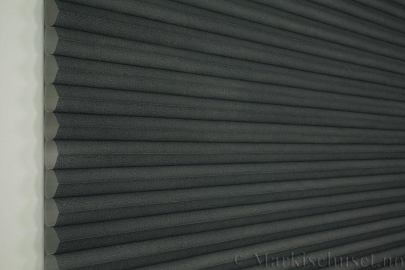 Duette tekstil serien Duotone 32mm 294034-7131 Koksgrå farge. Bildet er tatt med lys forfra.