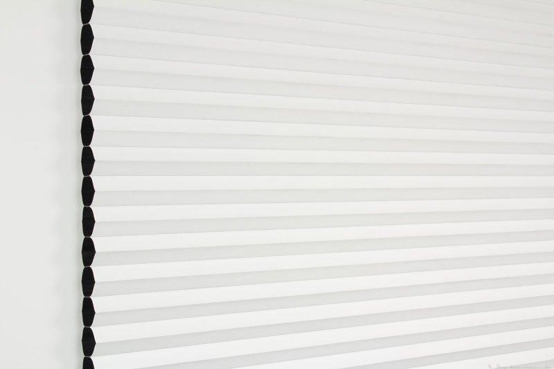 Duette gardin Blackout 32mm 294041-0201 Hvit farge. Bildet er tatt med lys forfra. Serien Duette® Fixé 32 Blackout er lystett.