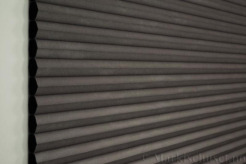 Duette gardin Blackout 32mm 294041-1539 Koksgrå/lilla farge. Bildet er tatt med lys forfra. Serien Duette® Fixé 32 Blackout er lystett.