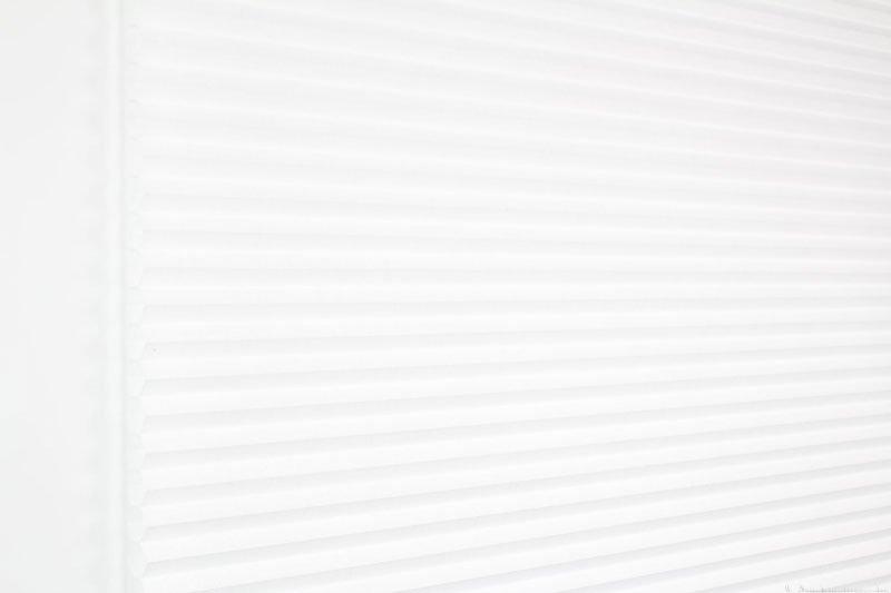 Duette gardin Batiste 32mm 294050-0000 Hvit farge. Bildet er tatt med lys forfra.