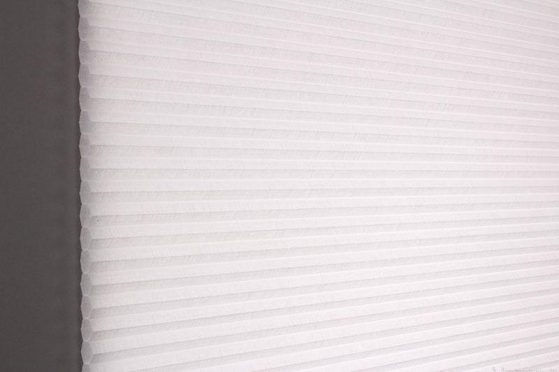 Duette gardin Batiste 32mm 294050-0000 Hvit farge. Bildet er tatt med lys bakfra.