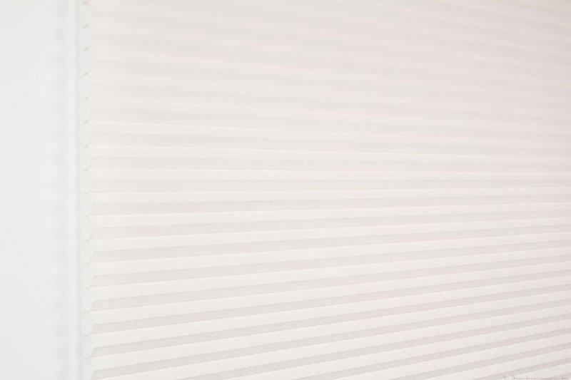 Duette gardin Batiste 32mm 294050-0131 Røykhvit farge. Bildet er tatt med lys forfra.
