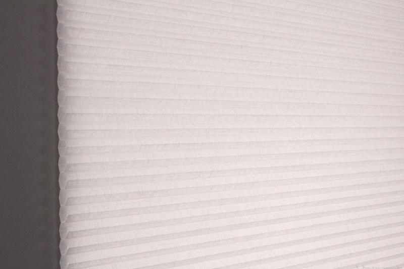 Duette gardin Batiste 32mm 294050-0131 Røykhvit farge. Bildet er tatt med lys bakfra.
