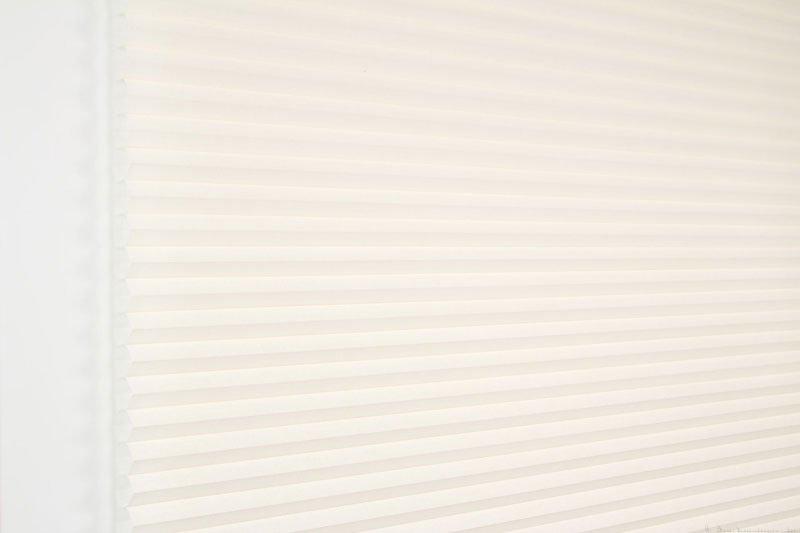 Duette gardin Batiste 32mm 294050-0161 Elfenbenhvit farge. Bildet er tatt med lys forfra.