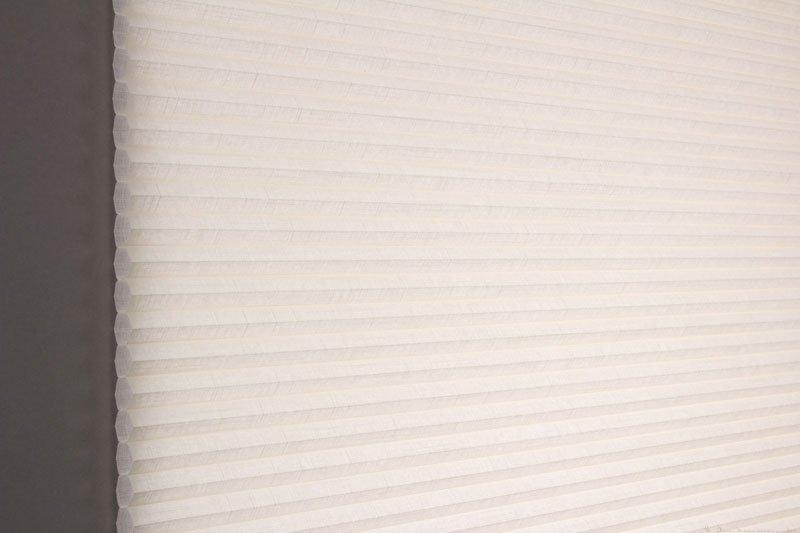 Duette gardin Batiste 32mm 294050-0161 Elfenbenhvit farge. Bildet er tatt med lys bakfra.