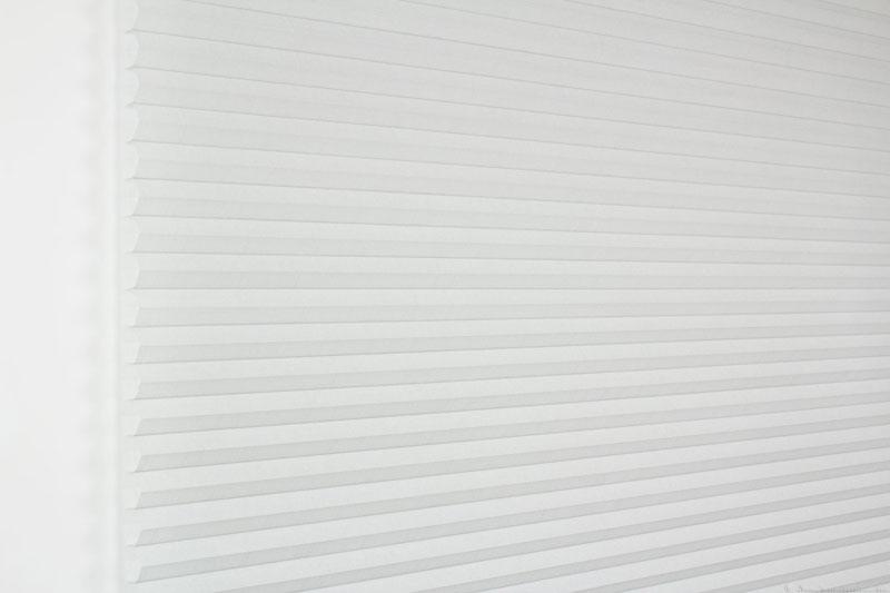 Duette gardin Batiste 32mm 294050-0630 Gråblå farge. Bildet er tatt med lys forfra.