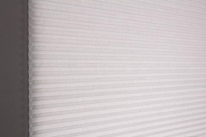Duette gardin Batiste 32mm 294050-0630 Gråblå farge. Bildet er tatt med lys bakfra.
