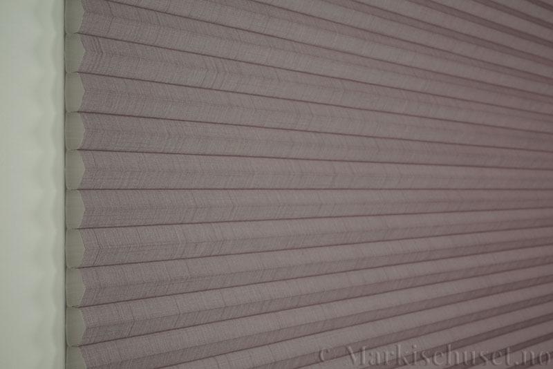 Duette gardin Batiste 32mm 294050-2034 Sjøtåke farge. Bildet er tatt med lys forfra.