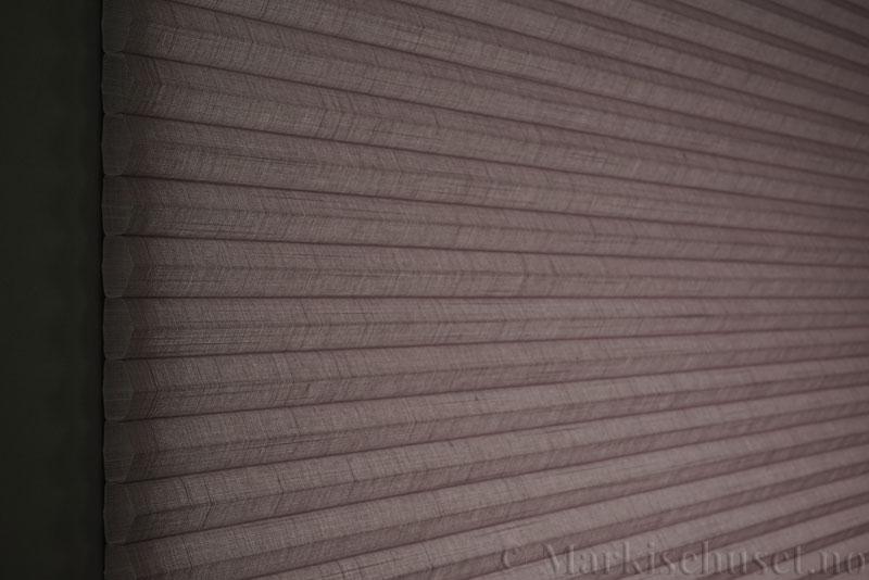 Duette gardin Batiste 32mm 294050-2034 Sjøtåke farge. Bildet er tatt med lys bakfra.