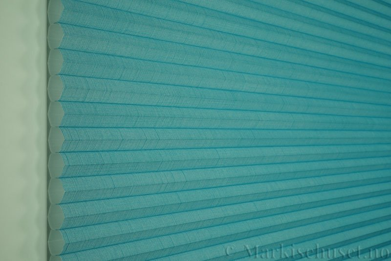 Duette gardin Batiste 32mm 294050-3932 Turkisblå farge. Bildet er tatt med lys forfra.