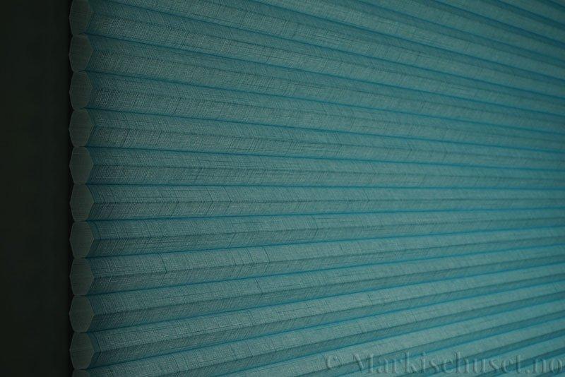 Duette gardin Batiste 32mm 294050-3932 Turkisblå farge. Bildet er tatt med lys bakfra.