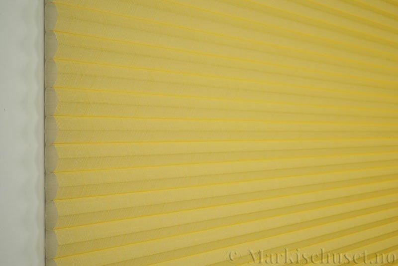 Duette gardin Batiste 32mm 294050-4010 Gul farge. Bildet er tatt med lys forfra.
