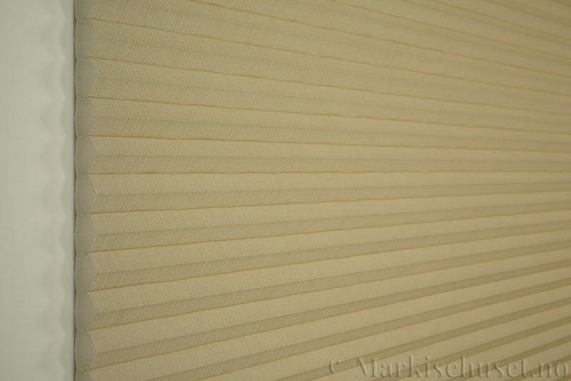Duette gardin Batiste 32mm 294050-4440 Beige/Sand farge. Bildet er tatt med lys forfra.