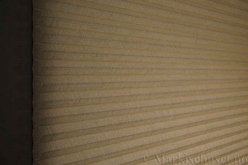Duette gardin Batiste 32mm 294050-4440 Beige/Sand farge. Bildet er tatt med lys bakfra.