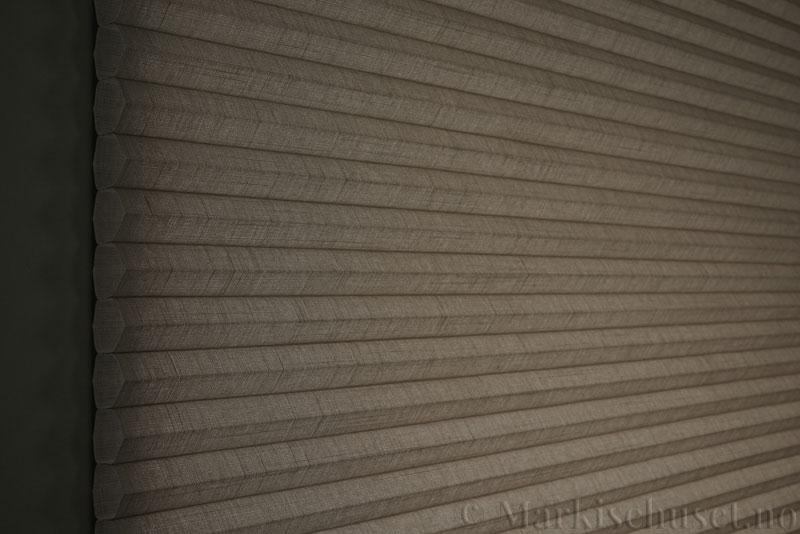 Duette gardin Batiste 32mm 294050-4532 Kaffegrå farge. Bildet er tatt med lys bakfra.
