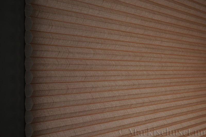 Duette gardin Batiste 32mm 294050-4736 Makaron Brun farge. Bildet er tatt med lys bakfra.